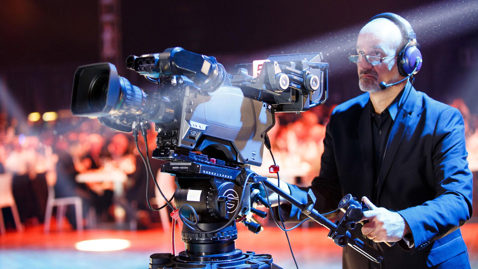 Kameramann mit Studiokamera